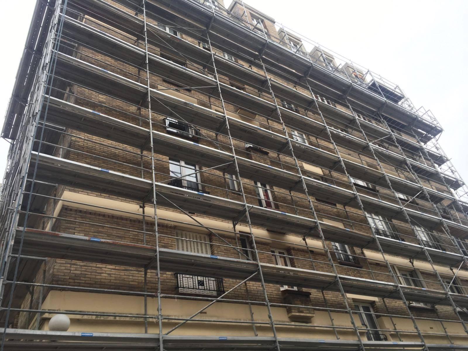 Die Sicherung gegen Abstürze an einem Fassadengerüst wird durch mindestens ein, meistens jedoch durch zwei Geländer oder systemabhängig durch Doppelgeländer gewährleistet. Geländer auf geruest.com gebraucht kaufen.