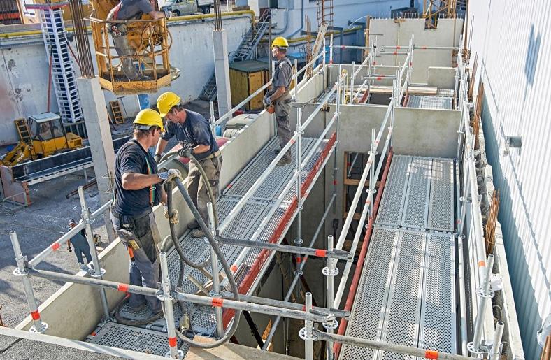 Mit dem Hohlwandkonsolenadapter kann in Kombination mit dem Layher Allround Gerüst auch für Betonierarbeiten an Fertigteil-Hohlwänden schnell eine sichere Arbeitsfläche gebaut werden.