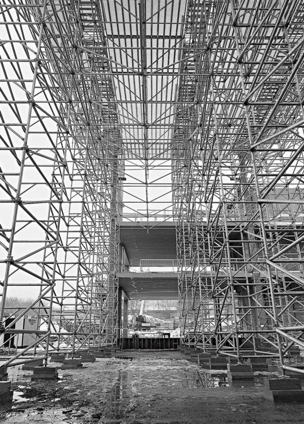 Bei der Montage eines Traggerüsts für ein neues Bürogebäudes sind durch eine konstruktive Lösung mit Layher AllroundGerüst weniger Traggerüsttürme nötig. Dies spart nicht nur Material, sondern auch Montagezeit. News geruest.com 020171009