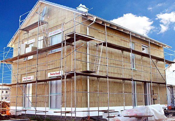 Eine Fassadendämmung aus Steinwolle trägt zum Brandschutz bei und verbessert auch den Schallschutz. News_geruest.com 20171002