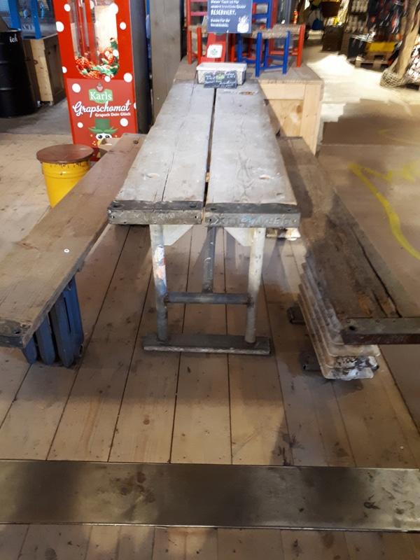 Sitzmöbel aus gebrauchtem Gerüst und Gerüstteilen.