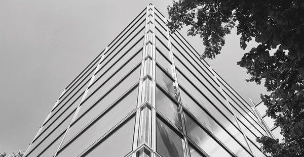 Mit den verschiedenen Standardlängen und Standard-Eckelementen des Layher-Protect-Systems ist eine einfache Anpassung ans Gebäude möglich