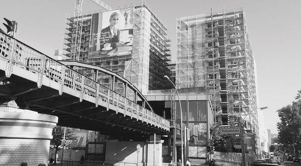 Hinter der ehemaligen Mauer in Berlin entsteht derzeit unter Einsatz des Plettac SL und des Plettac Contur Gerüst der moderne Berliner Highpark