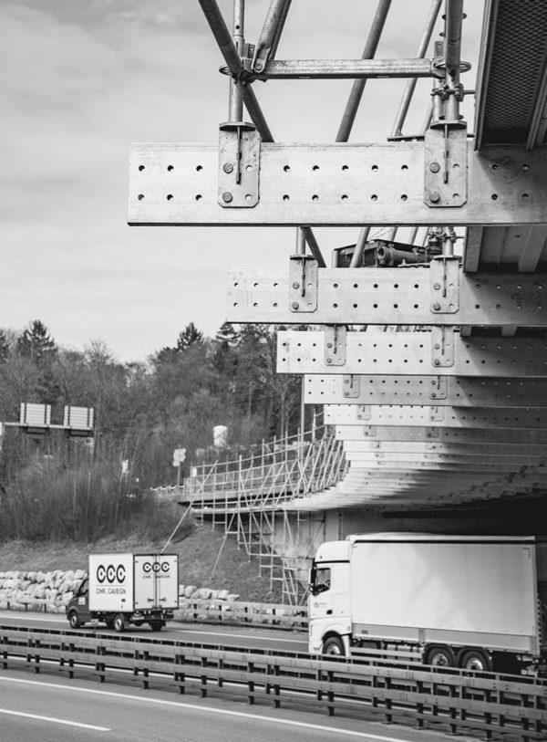 Mit dem Layher Aluminium-Träger werden fast 40% Bauhöhe bei höherer Tragkraft eingespart.