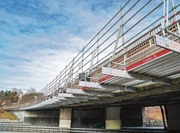Bei der Sanierung einer Autobahnbrücke an der A 1 zwischen Bern und Zürich kam der neue Layher Aluminium-Träger FlexBeam erfolgreich als Kappengerüst zum Einsatz.