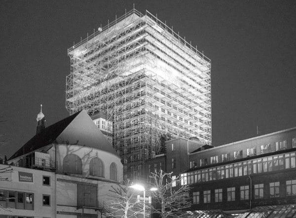 Einrüstung des Anzeiger Hochhauses in Hannover mit RUX Gerüst als Multiroof Moduldach und als Basis für Hängegerüst