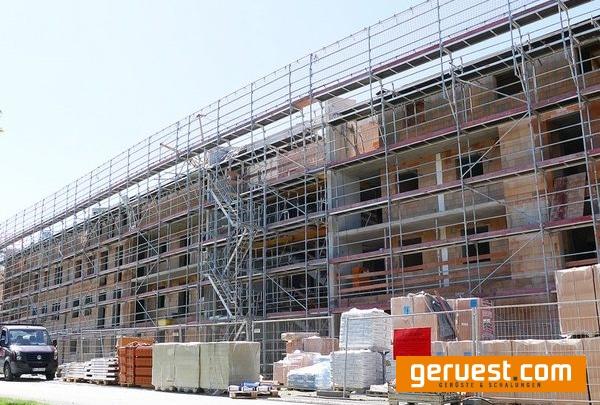Die Fassade ist mit Fassadengerüst Plettac assco quadro eingerüstet, das mit seiner Vielseitigkeit sowie schnellem und sicherem Aufbau glänzt