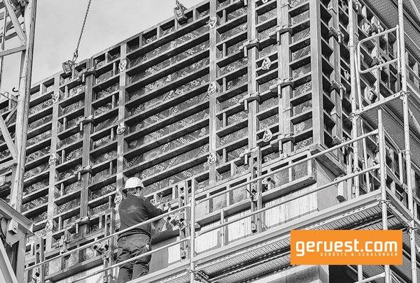 Peri Up Easy diente als sicheres Arbeitsgerüst für die Rohbauarbeiten mit der Maximo Rahmenschalung