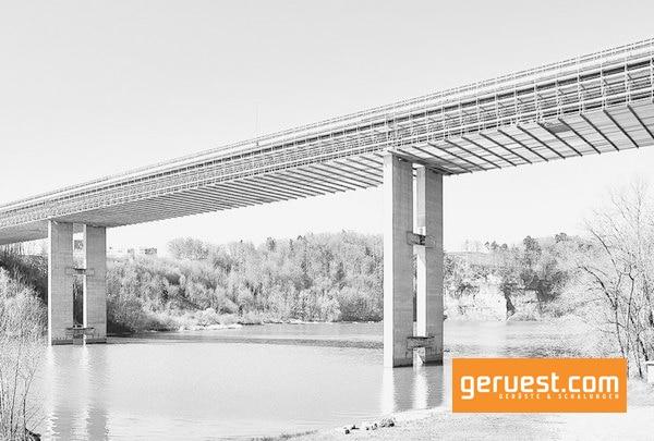 Bei der Sanierung der über 300 m langen Magdalena-Brücke in Fribourg war ein Arbeitsgerüst für die Korrosionsschutzarbeiten an den zwei Stahlträgern des Brückenunterbaus notwendig