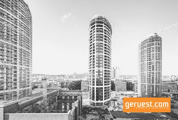Die komplexe Planung und Konstruktion der Fassade der drei elliptischen Wohntürme mit einer Höhe von 105 m erfolgte in Teamarbeit zwischen Peri Slowakei und Peri Tschechische Republik.