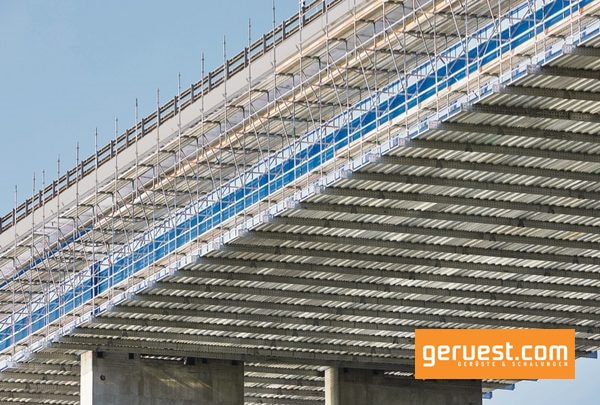Ein Layher Standgerüst war bei der Sanierung der mehr als 300 m langen Magdalena-Brücke weder technisch möglich noch wirtschaftlich sinnvoll