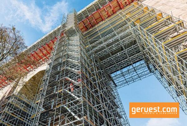 Eine Gerüstlösung aus kombinierbaren Peri-Baukastensystemen ermöglicht die sichere Ausführung der Sanierungsarbeiten.