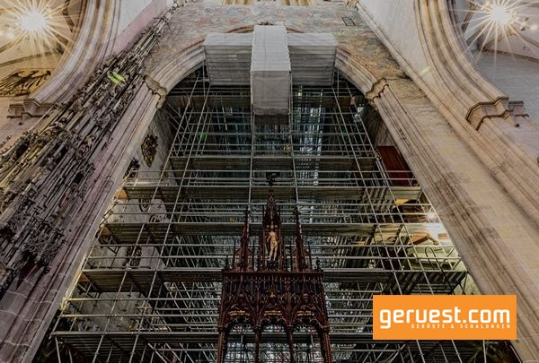 Im Chorraum des Ulmer Münsters wurde das 13 000 m³ große Peri Up Raumgerüst ohne Verankerungen an der historischen Baustruktur freistehend ausgeführt