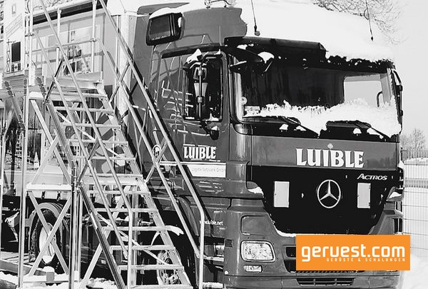 Lkw-Fahrer können ihre Fahrzeuge mit Hilfe von Enteisungsanlagen aus gebrauchtem Gerüst von Schnee und Eis befreien