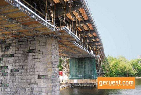 Mit der hängenden Arbeitsplattform QuikDeck können Brücken mit kleinem Aufwand eingerüstet und renoviert werden, so wie bei der Sanierung der Alexanda Bridge in Kanada