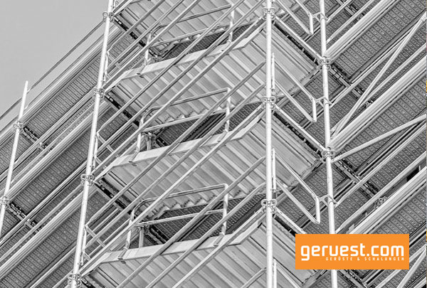 Mit einer in die Peri-UP-Easy-Gerüstlösung integrierten, gleichläufigen Gerüsttreppe gelangen Arbeiter komfortabel und sicher zu den Arbeitsebenen.