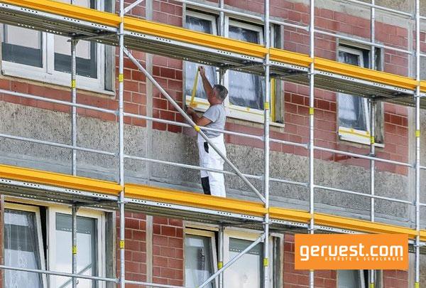 Mithilfe des Fassadengerüstes Peri UP Easy konnten die Arbeiter ihre Malerarbeiten sicher ausführen und die Bauwerksfugen erneuern.