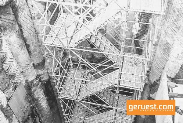 Rux Gerüst als Zugang in eine 18 Meter tiefe Baugrube