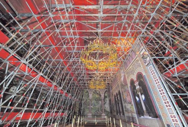 Stattliche 40 m über dem Eingangsbereich thront der Sängersaal direkt unter dem Dach des Schlosses und das gesamte Plettac Gerüst ruht auf Lastverteilungsbalken,