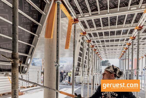 Zu-den-Highlights-gehört-neben-der-Skydeck-die-neue-Großpaneel-Deckenschalung-SKYMAX-die-als-Baukastensystem-funktioniert-und-ein-Cobod-3D-Betondrucker.
